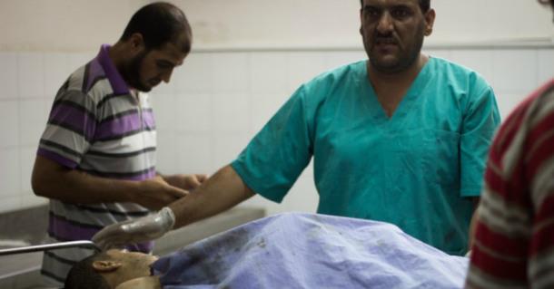 Los médicos del Hospital al-Shifa tratando a una víctima del ataque israelí sobre Gaza (Foto: Basel Yazouri / ActiveStills)